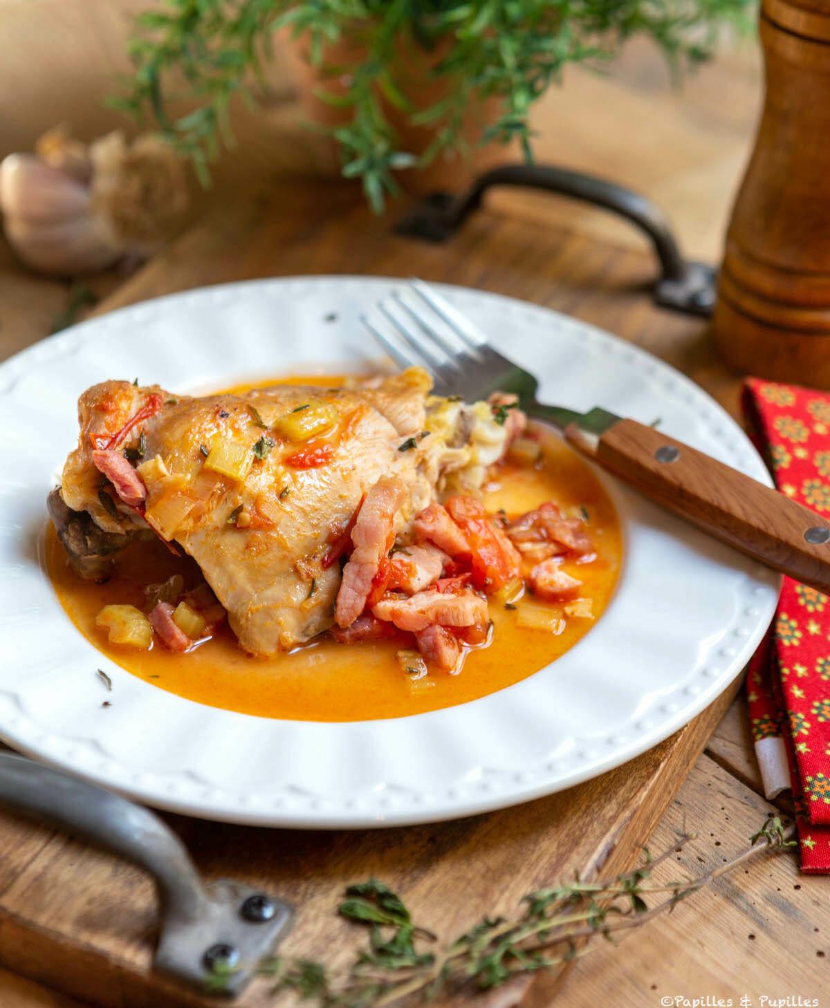 Cuisses de poulet au vin blanc, tomates et thym