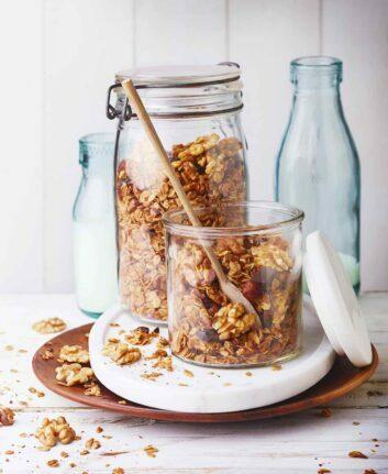 Granola au chocolat, noisettes et noix