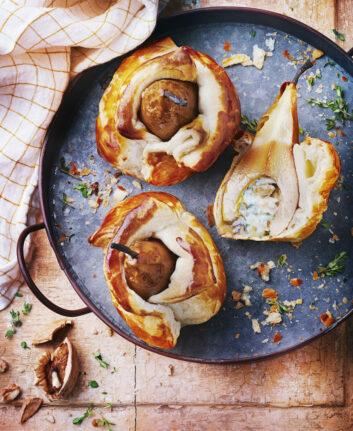 Poires en habit de pâte feuilletée, fromage bleu et noix