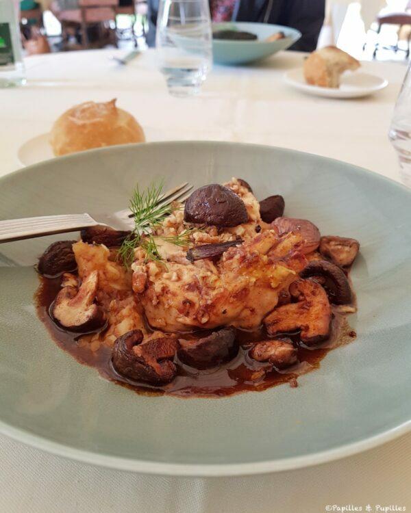 Suprême de volaille de l'Orléanais en croûte de noix, pommes de terre écrasées, fondue de chou