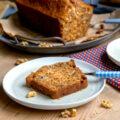 Cake moelleux aux raisins secs, compote de pommes et noix