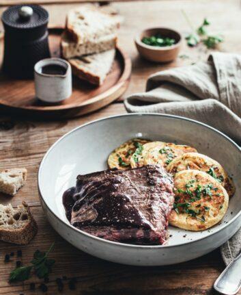 Hampe de boeuf Limousin, sauce au vin et pancakes de pommes de terre