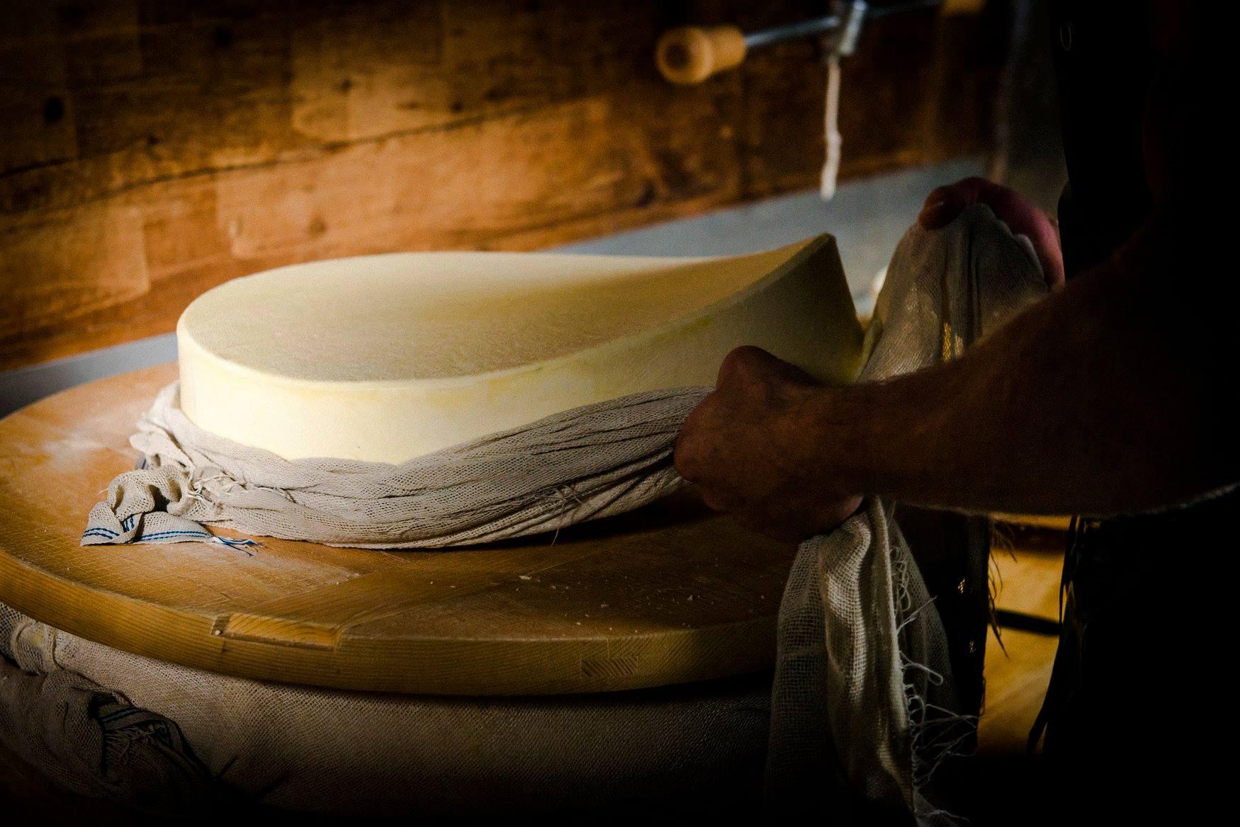 Fabrication de l'Etivaz AOP ©Fromages d'Alpages l'Etivaz AOP