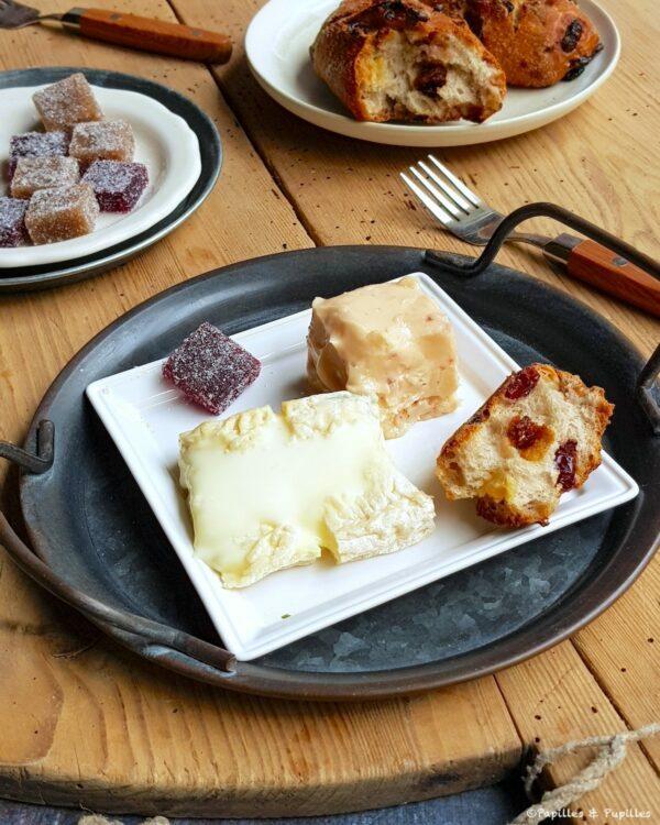 Fromage (et beurre parfumé), pain au raisin, beurre et pâte de fruit au vin