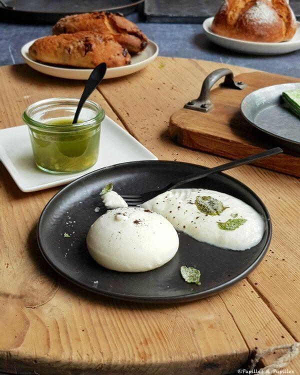 Fromage frais de chèvre de la ferme des pins et bouillon basilic citronné, meringue au fromage blanc