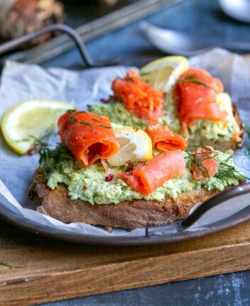 Tartine au saumon rouge d'Alaska et avocat
