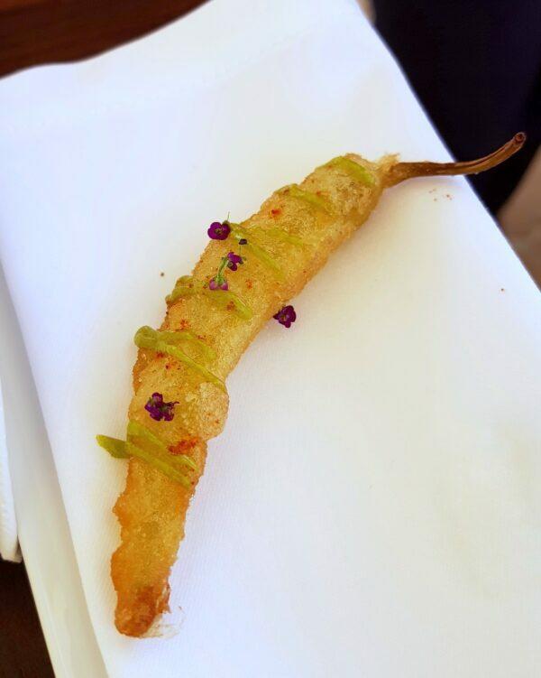 Pickels de piment guindillas en tempura, mayonnaise livèche