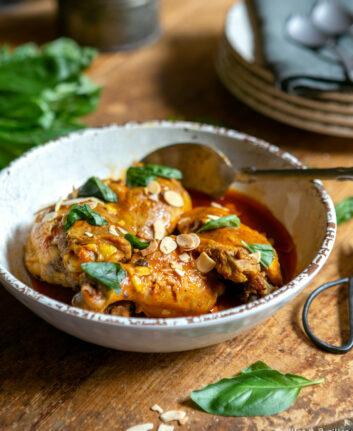Poulet aux épices, amandes et basilic