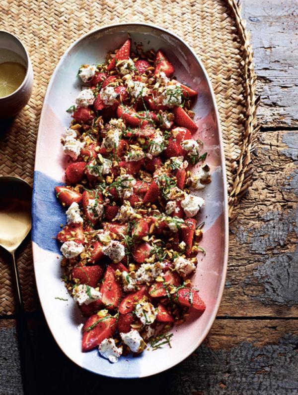 Salade de fraises au fromage de chèvre frais et pistaches