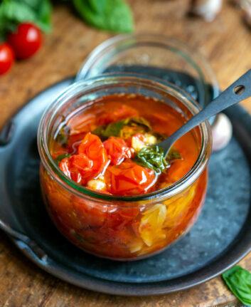 Tomates confites à l'huile à l'ail et au basilic