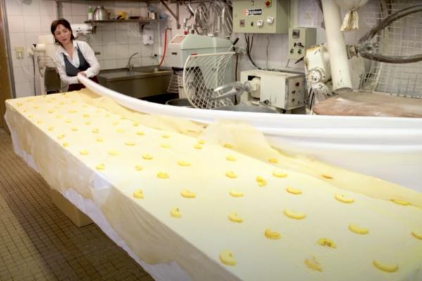 A l'aide du drap on roule la pâte