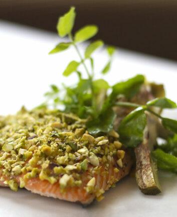 Filet de saumon grillé laqué au miel et pistaches