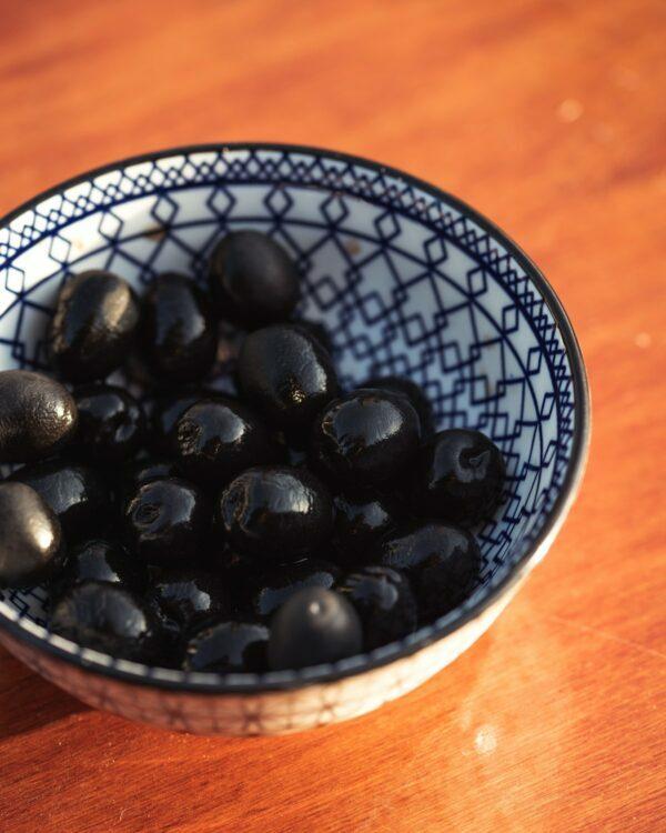 Olives noires © Simone Impei on Unsplash