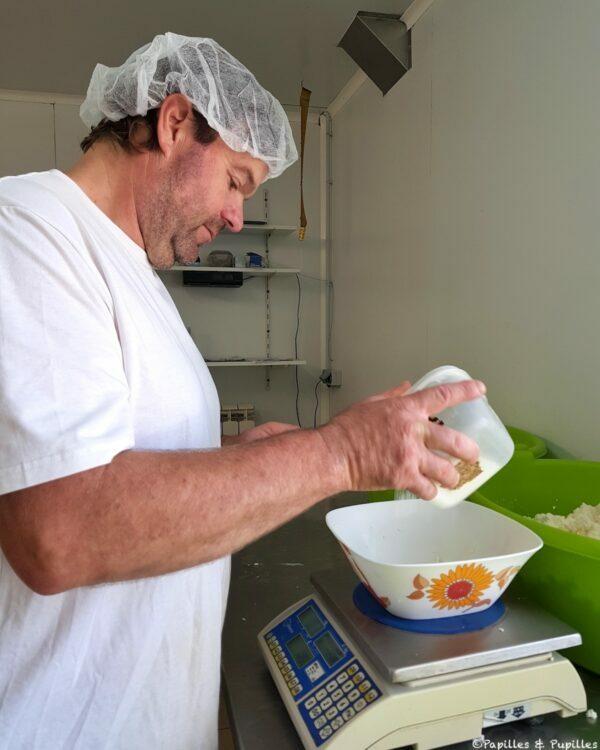On pèse le sel à ajouter au caillé égoutté