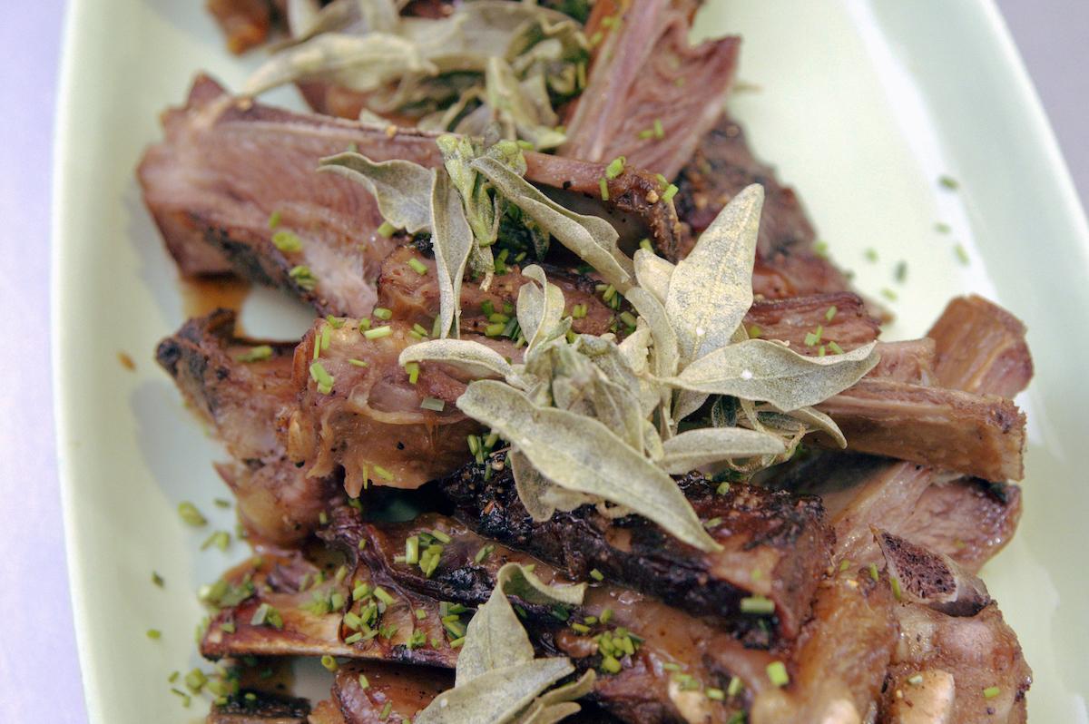 Côtes d'agneau au saltbush et poivre de Tasmanie @The Agrarian Kitchen