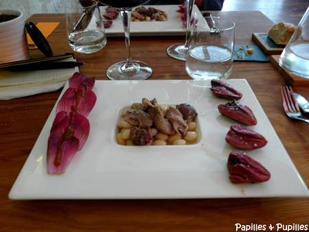 Une déclinaison autour du canard : Cœurs de canard, gésier et effeuillée de confit, cocos de Paimpol et salade Carmine - Cyusha Bordeaux