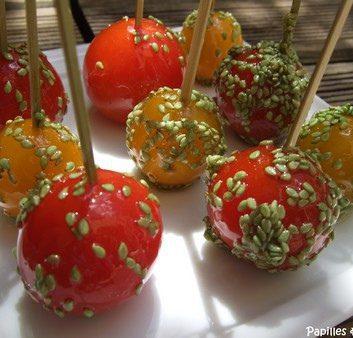 Sucettes de tomates cerises au caramel, graines de sésame au wasabi