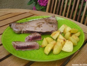 Steak de thon mi cuit et country potatoes