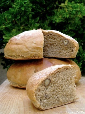 Four spices and hazelnuts bread