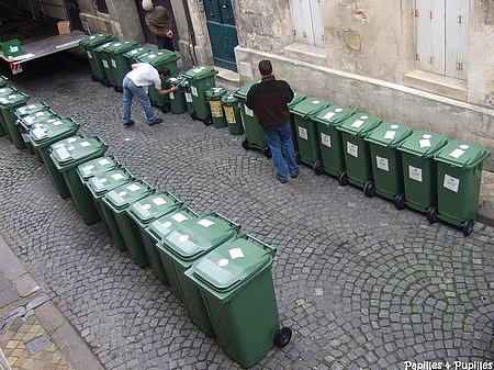 distribution des poubelles vertes à Bordeaux
